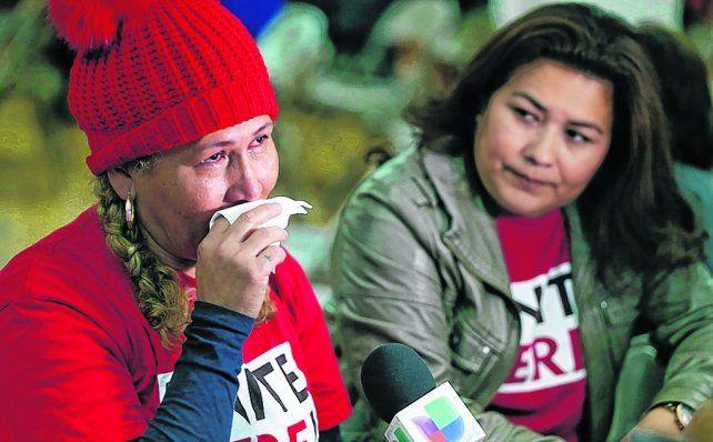 angustia. Inmigrantes salvadoreñas lloran durante una conferencia de prensa que dieron en Los Angeles.