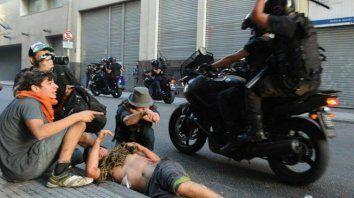liberaron al policia acusado de pasar por arriba con una moto a un manifestante