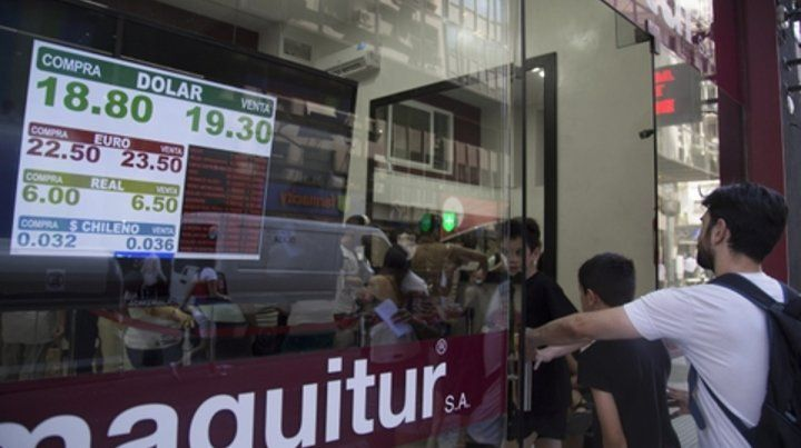 Dólar caliente. Las casas de cambio recibieron a una gran cantidad de personas que buscan el billete verde.