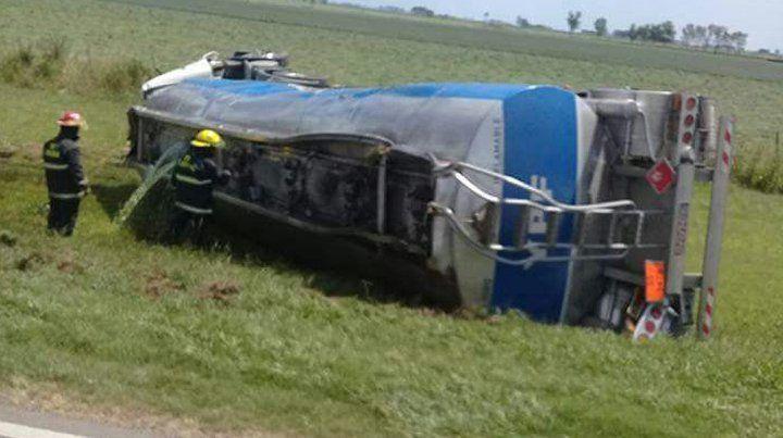 Volcado. El camión perdió el control y así terminó mientras circulaba por la ruta 34.