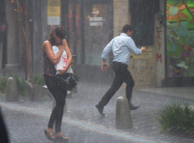 En medio de un alerta, la lluvia trajo algo de alivio y bajó la temperatura