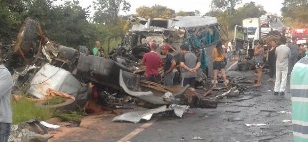 Trece muertos y gran cantidad de heridos en un choque múltiple en una autopista