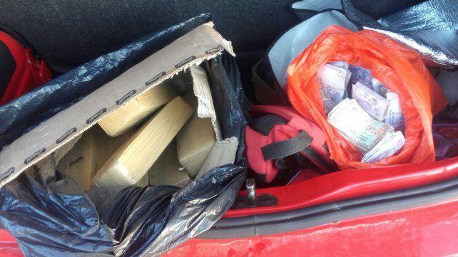<b>Sorpresa.</b> En el interior del baúl del auto encontraron la droga y el dinero decomisado.