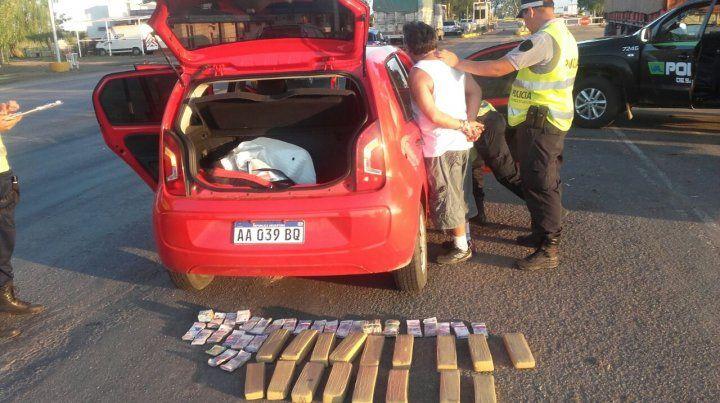 Panorama. El conductor detenido y la droga y el dinero hallado en el baúl del vehículo.