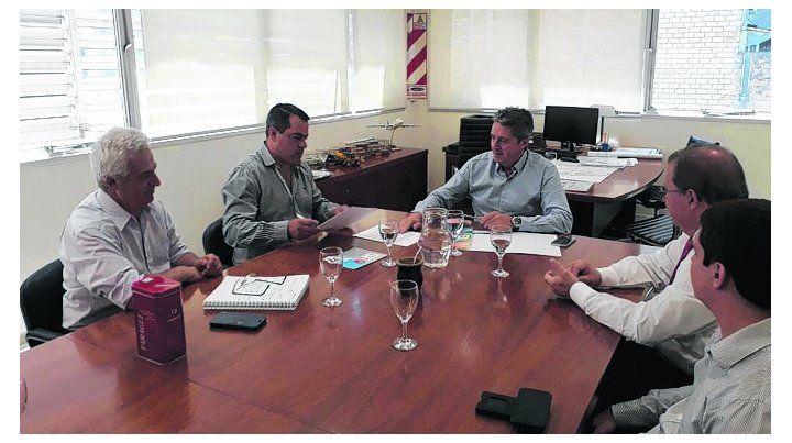 rúbrica. Las autoridades provinciales y comunales firmaron el convenio.