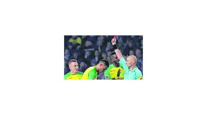 El árbitro le pegó y encima lo expulsó