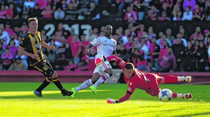 Gol a Olimpo. Luis Leal anotó la apertura en el 2 a 0 ante los bahienses en el Coloso por la Superliga.
