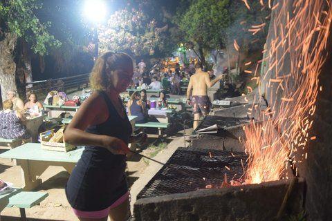 cena bajo las estrellas. Las parrillas del camping son lo más requerido durante los anocheceres más calurosos de este verano.