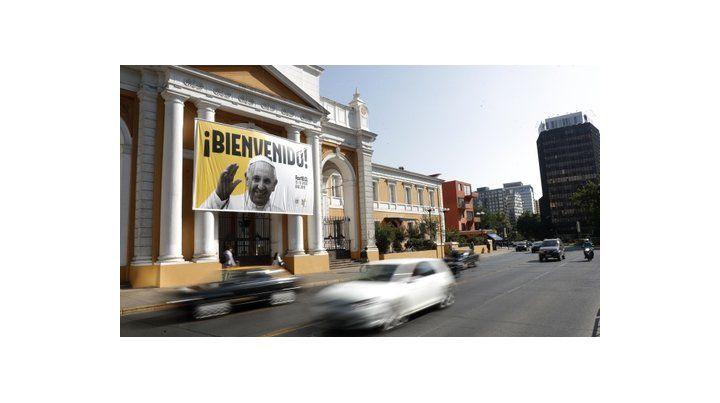 capital del país. Un cartel de bienvenida al Papa Francisco se sostiene en la fachada de la iglesia Divina Providencia de Santiago de Chile