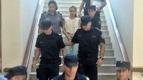 encausada. La joven es escoltada por los policías en las escaleras de los tribunales de Gualeguay.