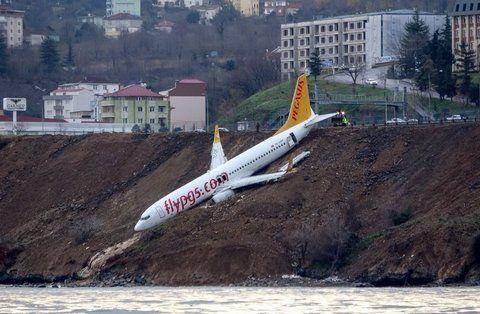Milagro. El 737 se deslizó por el acantilado