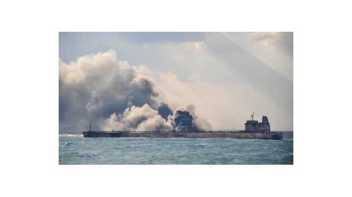 dantesco. El Sanchi totalmente calcinado y aún ardiendo en el Mar de China. Ayer se hundió en medio de grandes explosiones.