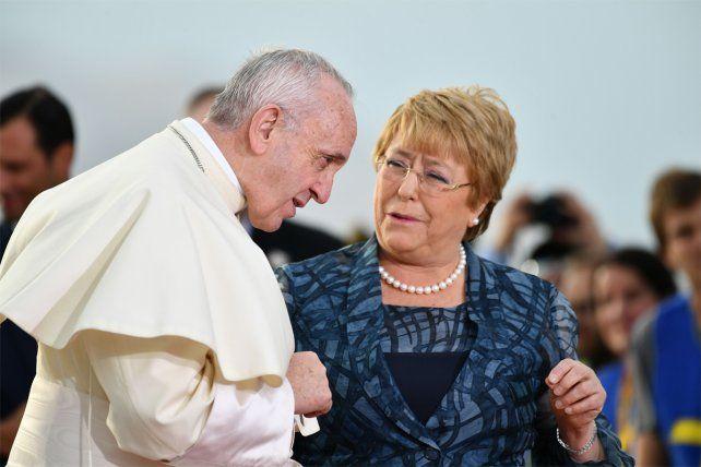 La llegada. La presidenta Bachelet recibió al Sumo Pontífice en el aeropuerto de Santiago.