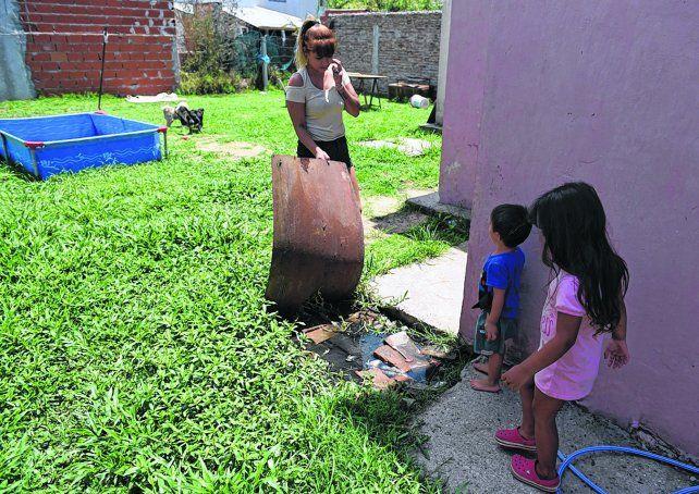 un pozo en el césped. Algunas personas trabajaron en sus domicilios para que la suciedad de los baños saliera hacia el patio.