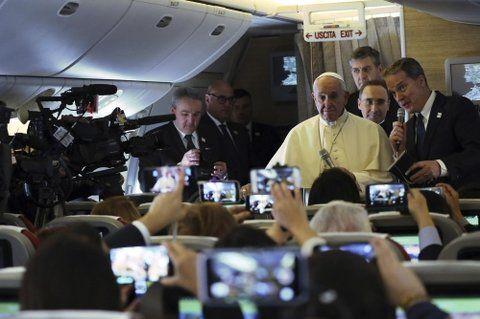 respuestas. El Papa ayer en un momento del viaje cuando dialoga con los periodistas.
