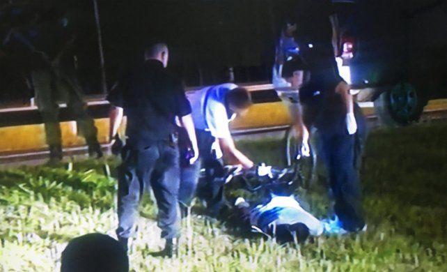 El cuerpo de la víctima yace al lado de la colectora de Avenida Circunvalación, cerca del ingreso a Villa Gobernador Gálvez.