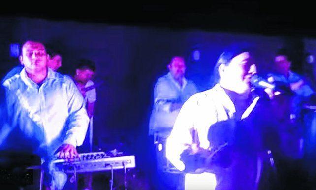de fiesta. El cantante Mario Pereyra amenizó la fiesta en medio de luces y música a todo volumen. El episodio circuló en las redes sociales.
