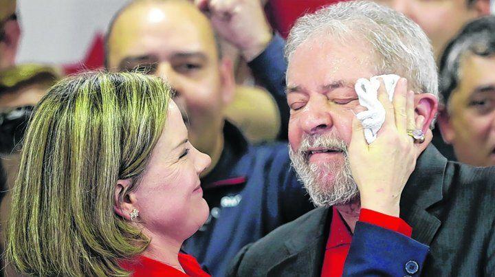 Fuerte advertencia. Hoffmann seca el sudor de Lula durante un acto partidario del PT en San Pablo.