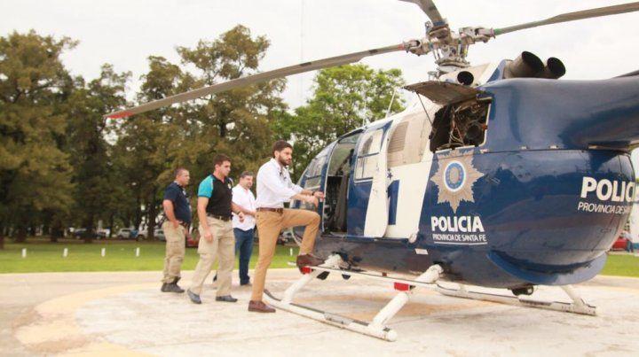 A bordo. Pullaro se subió al helicóptero de la Policía de Santa Fe para recorrer zonas conflictivas.