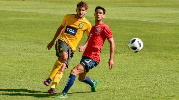Maxi González despeja la pelota en el amistoso jugado en Arroyo Seco.