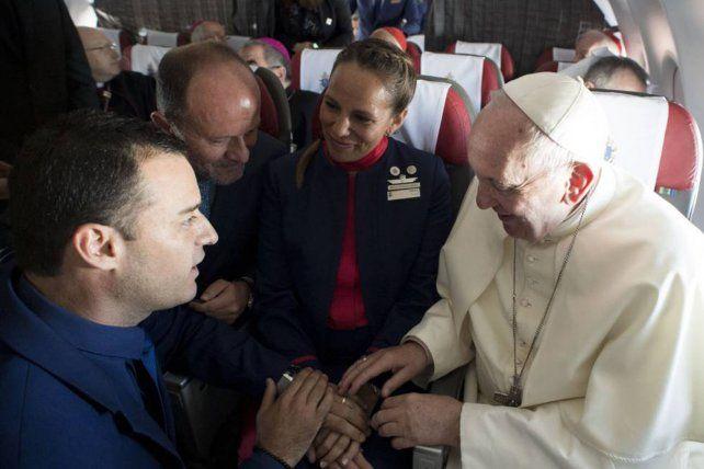 El papa Francisco casó a una pareja en pleno vuelo
