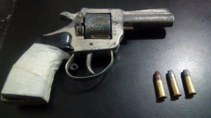 Atrapado. El revólver que intentó descartar el delincuente detenido por los vecinos.
