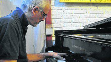 Al piano. El músico en su estudio en San Jorge. Los interesados en su último CD pueden solicitarlo al autor a sebastianbenassi@hotmail.com, o al sitio de Facebook del sello de música regional Shagrada Medra.