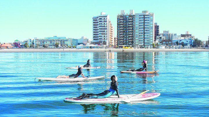 Actividades. Las aguas tranquilas de Puerto Madryn son ideales para practicar snorkeling y deportes náuticos como windsurf