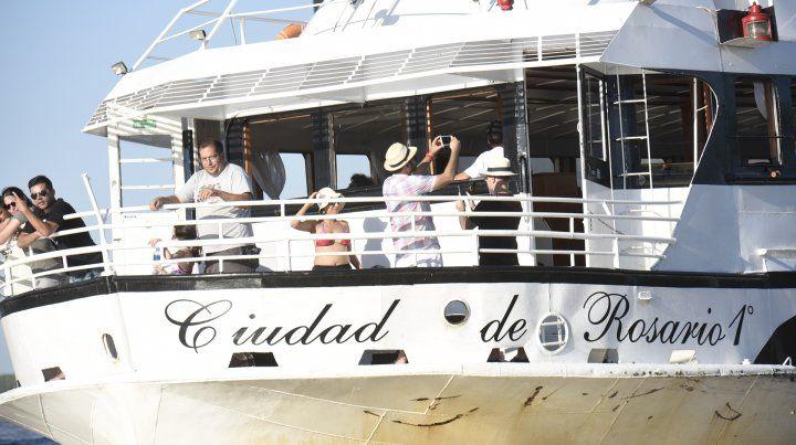Turismo de río. La embarcación es un emblema de la ciudad.