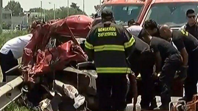 El conductor de una camioneta que fue embestida por un camión fue rescatado por los Bomberos