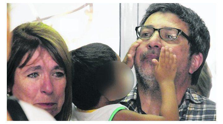 Despedida. Cristina y Sergio con el pequeño Kiki antes de ser restituido.