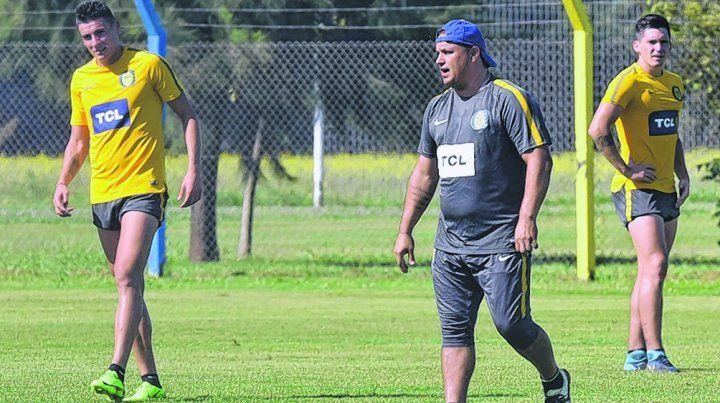 Enchufado. Leo Fernández se la pasó ayer dando indicaciones tácticas a sus jugadores a la hora de hacer un trabajo con pelota.