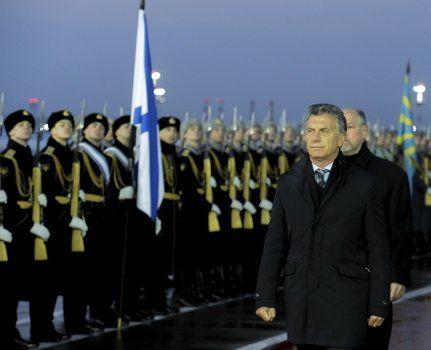 Frío. El presidente fue recibido por una guardia de honor en la terminal aérea de Moscú