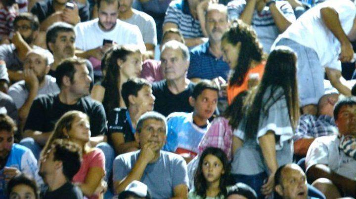 Uno más. El Loco Bielsa se hizo una escapada para ver la despedida de Aimar en Río Cuarto.