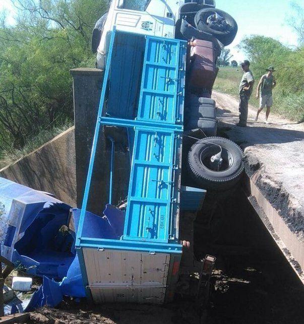 Espectacular caída. El puente no soportó el peso del camión.
