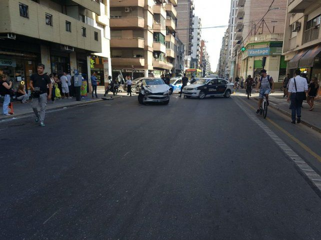 Un auto terminó incrustado contra un semáforo tras un espectacular choque en pleno centro