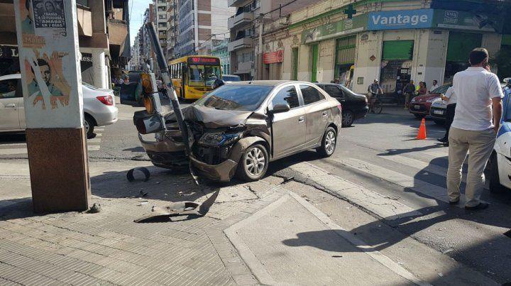 El Chevrolet Prisma terminó incrustado contra el semáforo de la esquina de 9 de Julio y Corrientes.