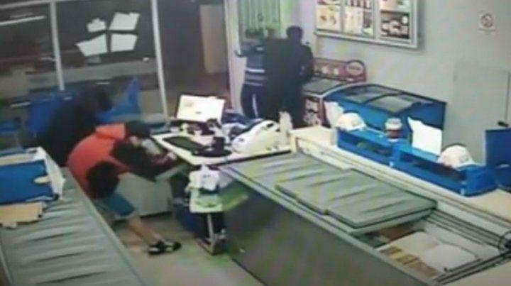 La cámara de seguridad del local tomó el instante del robo.