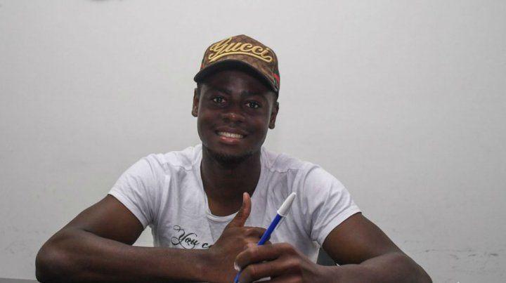 El defensor colombiano Oscar Cabezas firmó su vinculo con Central por una temporada.