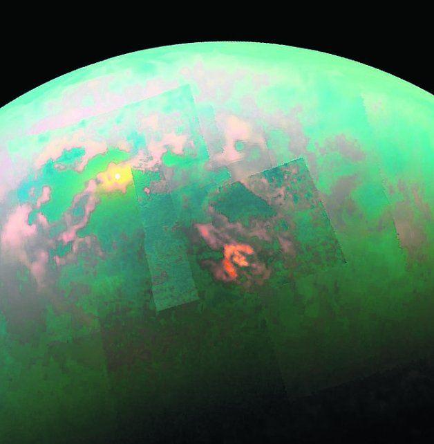 Titán es el mayor de los satélites de Saturno. Imagen enviada por la sonda Cassini sobre un océano de hidrocarburos de la luna de Saturno.