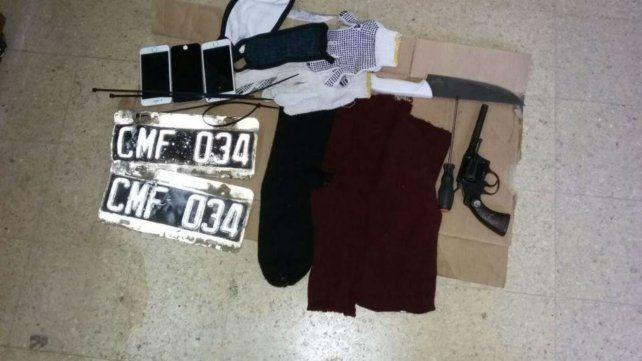 En el auto. Los sospechosos fueron arrestados con armas y otros objetos.