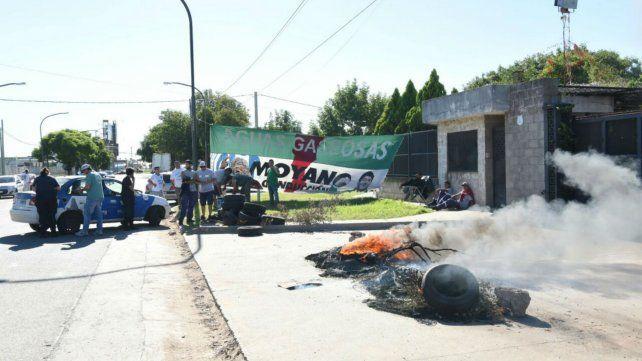 Los camioneros de Andina protestan con quema de cubiertas en las puertas de la empresa.