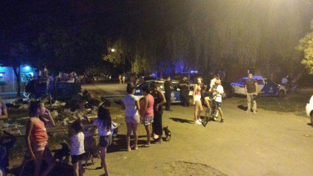 La zona. Los vecinos salieron rápidamente luego de la terrible balacera en barrio Tablada.