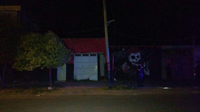 El portón atacado. Al menos diez disparos impactaron contra el frente de una casa en zona sur.