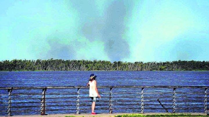 por la costa. Las columnas de humo en zona de islas son fácilmente perceptibles desde los márgenes de la ribera rosarina.