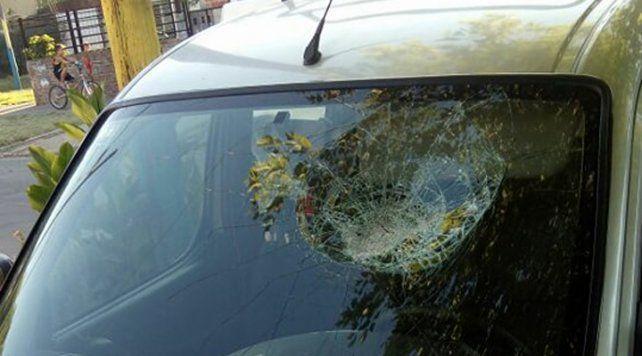 El vidrio delantero de un utilitario Peugeot Partner quedó destruido el domingo al atardecer.
