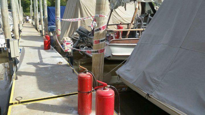 La cinta perimetral en el barco siniestrado en Ludueña.