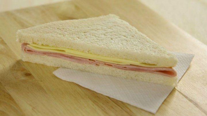 El sándwich de jamón y quesó de la firma Lanín fue prohibido por la Assal en todo el país.