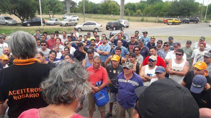 Los trabajadores se reunieron frente a la planta de