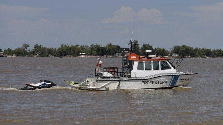 Prefectura busca a un joven que se arrojó al río y desapareció